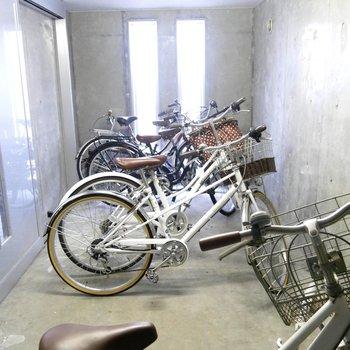 室内駐輪場、まだ置けちゃいますね〜!