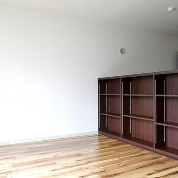 濃い色の本棚が締まるな〜!