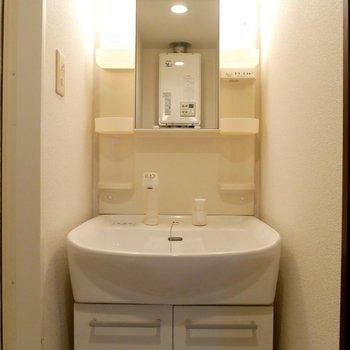 独立洗面台はライトつきです◎