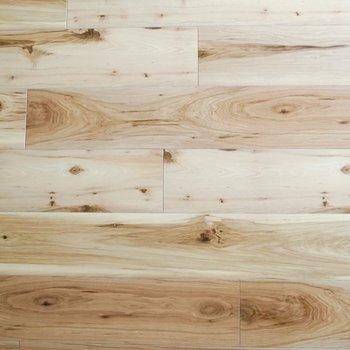 床材は木目調〜柄がはっきり見える◎