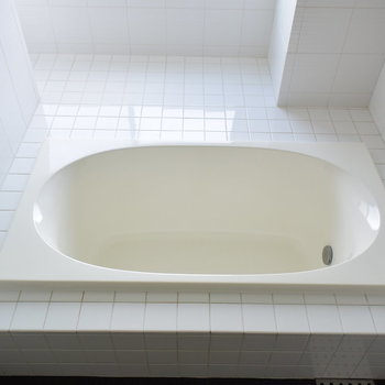 浴槽の周りはこれまた真っ白なタイル張り