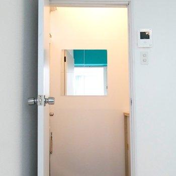 玄関には、鏡もついてるんです◎