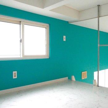 エメラルドグリーンの壁がビビッドです!小窓もある♪