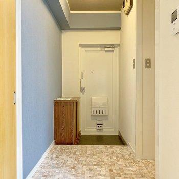 玄関まで床がカワイイね♩インターホンはモニター付き。