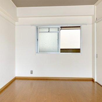 向かいに小窓があるから換気がスムーズ。