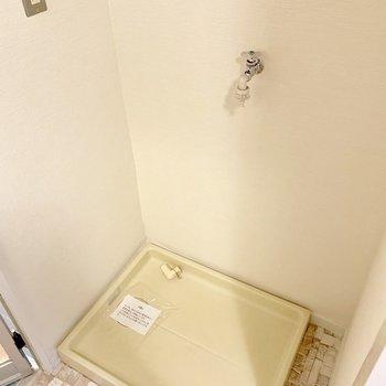 バスルーム入り口に洗濯機置き場。