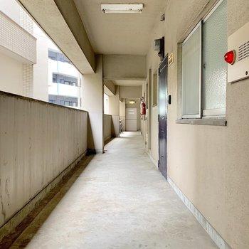 レトロな共用廊下。