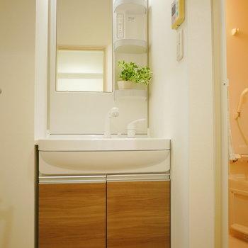 独立洗面台※同間取り別部屋の写真です。