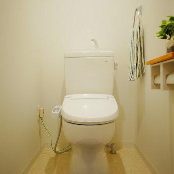 トイレはウォシュレット付き※同間取り別部屋の写真です。