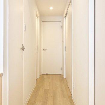 リビングから玄関前まで 白の扉が爽やかですね