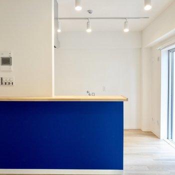 【LDK】キッチンのカウンターは深い青
