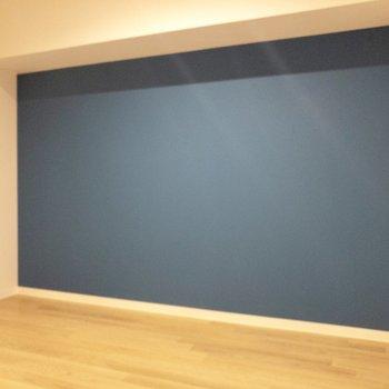 【洋室】こちらは深い青のアクセントクロス
