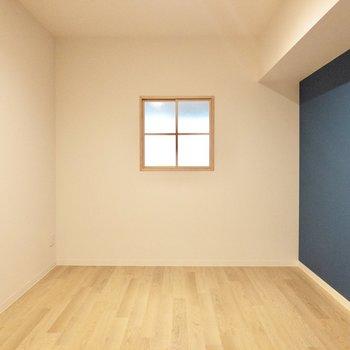 【洋室】正方形の窓がかわいい