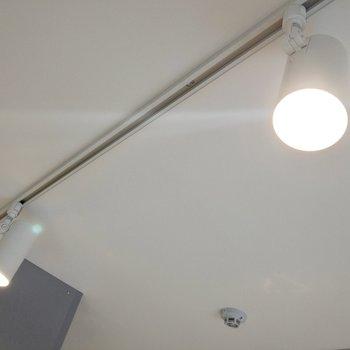【LDK】お部屋の照明は淡いオレンジのシーリングライト