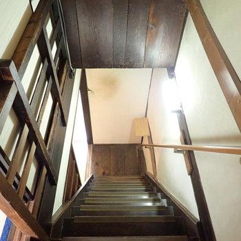 年季の入った階段を上がりました。