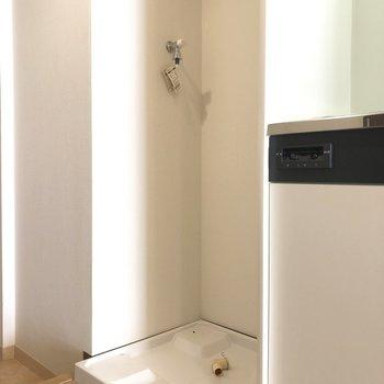 キッチン横に洗濯機置き場があります。※写真は7階の反転間取り別部屋のものです