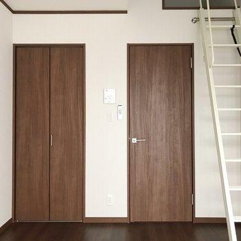 濃いブラウンの建具が、モダンな印象。※写真は1階の同間取り別部屋のものです