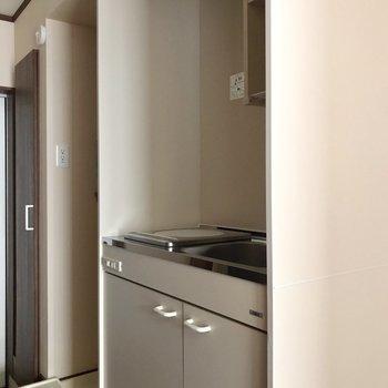 キッチンは廊下に。コンパクトです。※写真は1階の同間取り別部屋のものです