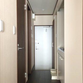 玄関ドアは白ですっきりと。※写真は1階の同間取り別部屋のものです