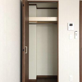 クローゼットはスリムめです。※写真は1階の同間取り別部屋のものです