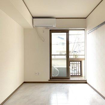 白い床が特徴のお部屋です。
