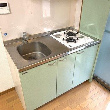 外観と同じグリーン調のキッチン。二口コンロで助かります。※写真はクリーニング前のものです。