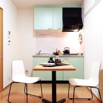 キッチンの淡いグリーンがアクセントになっています。