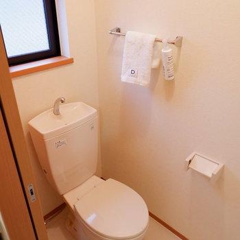 トイレには小窓があり、換気も問題なさそうです。