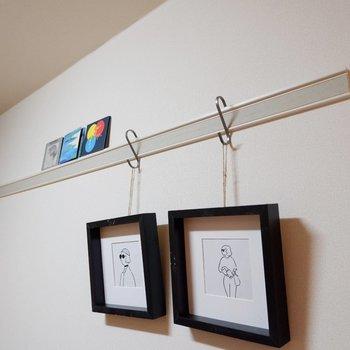 壁にはアートや観葉植物を吊るして、食卓を彩りましょう。