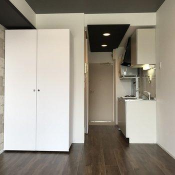 キッチンの隣に冷蔵庫が置けます