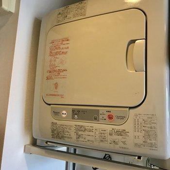 玄関横に浮かぶ乾燥機。下に洗濯機を置きます。