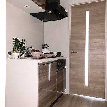 手前に冷蔵庫がおけます ※写真は2階の同間取り別部屋のものです