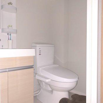 トイレ上に収納があります ※写真は2階の同間取り別部屋のものです