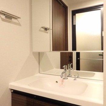 洗面台は広くて便利。※写真は7階の同間取り別部屋のものです