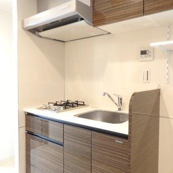 キッチンの右隣りには洗濯機を。※写真は7階の同間取り別部屋のものです
