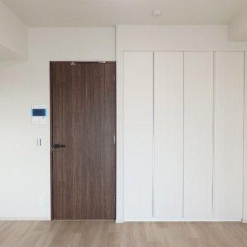 ダークブラウンのドア以外は、真っ白。※写真は7階の同間取り別部屋のものです