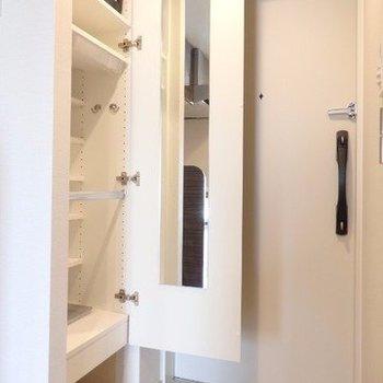 玄関はこんな感じ。鏡が便利ね。※写真は7階の同間取り別部屋のものです