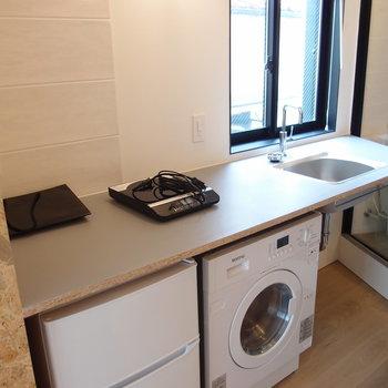広々使えます。ドラム式洗濯乾燥機、ミニ冷蔵庫付き