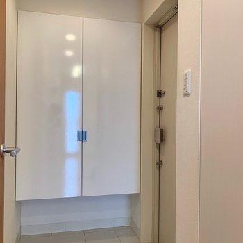シンプルな玄関(※写真は7階の同間取り別部屋のものです)