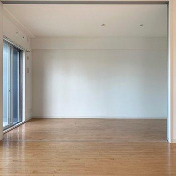 リビング横に洋室(※写真は7階の同間取り別部屋のものです)