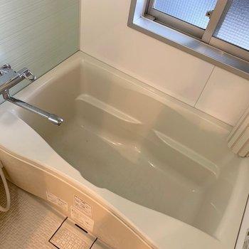 お風呂には小窓もついてます(※写真は7階の同間取り別部屋のものです)