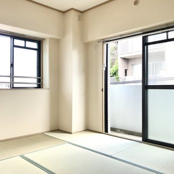 和室も2面採光!メインバルコニーはこちらに。窓辺に室内干しもできますよ