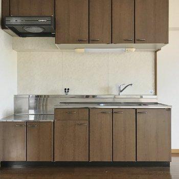 キッチンは収納たっぷり。家具の色に合わせてコンロを持ち込んでくださいね!