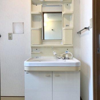 洗面台もレトロながらも大きめサイズ♩