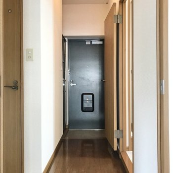 廊下はL字型。リビングを出て左側が洋室とトイレです