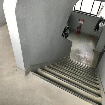 階段をのぼって4階まで…!ファミリーで住んでる部屋もありますよ♩