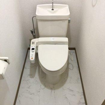 トイレは洋室横に。ウォシュレット&上部棚付き!
