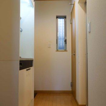 台所前はゆとりのあるスペース。