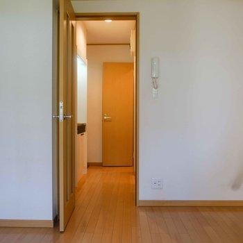 白やベージュの家具が似合いそうなお部屋。