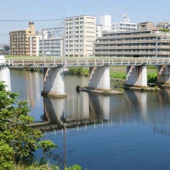 お部屋までの道のりを流れる鶴見川。